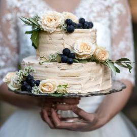 Braut mit Torte