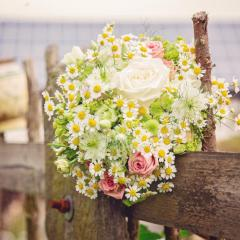Brautstrauß am Zaun